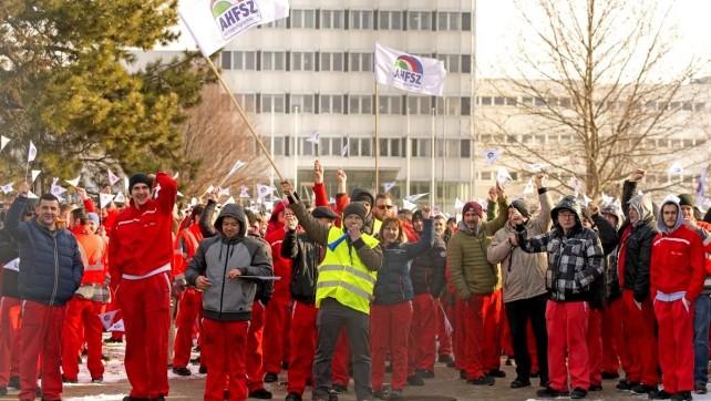 Trwa tygodniowy strajk załogi fabryki Audi w Győr ogłoszony 24 stycznia przez związki zawodowe, żądające natychmiastowej 18-procentowej podwyżki wynoszącej nie mniej niż 75 tys. forintów (235 euro, czyli ok. 1 tys. zł).