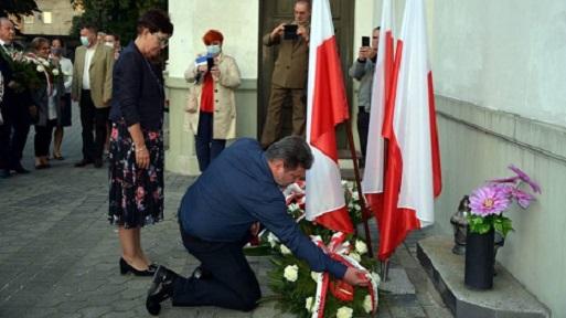 Obchody 40. rocznicy powstania Solidarności w Radomsku. Msza św. i kwiaty pod tablicą błogosławionego ks. Popiełuszki